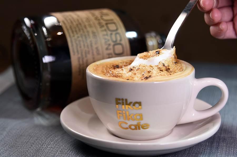〈Fika Fika〉遠百信義A13門市有威士忌咖啡熱飲〈烤焦糖裸麥威士忌拿鐵〉,是由拿鐵綜合咖啡豆、鮮奶和裸麥威士忌所以調製,上頭還有一層炙燒糖霜。(圖/姚舜)
