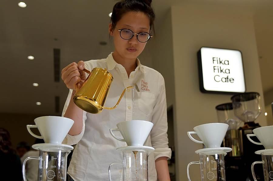 在〈Fika Fika〉遠百信義A13門市可以喝到用台灣咖啡豆手沖的精品咖啡。(圖/姚舜)