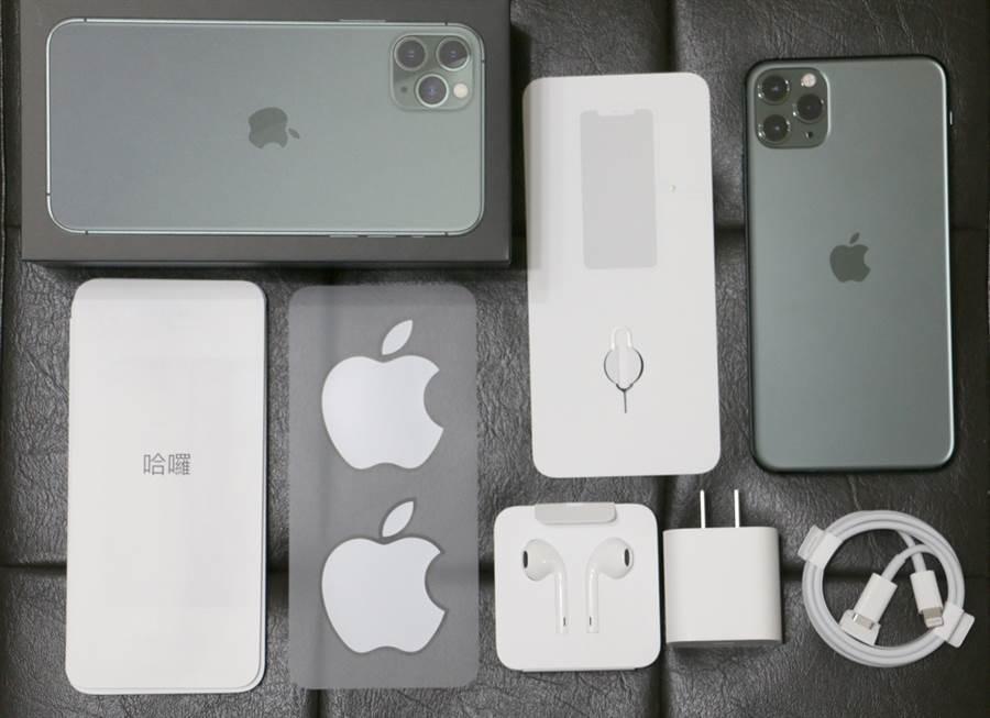 iPhone 11 Pro Max盒內全部配件。蘋果在 iPhone 包裝盒內搭送有線耳機的做法,很可能在 2020 年將不復見。(黃慧雯攝)