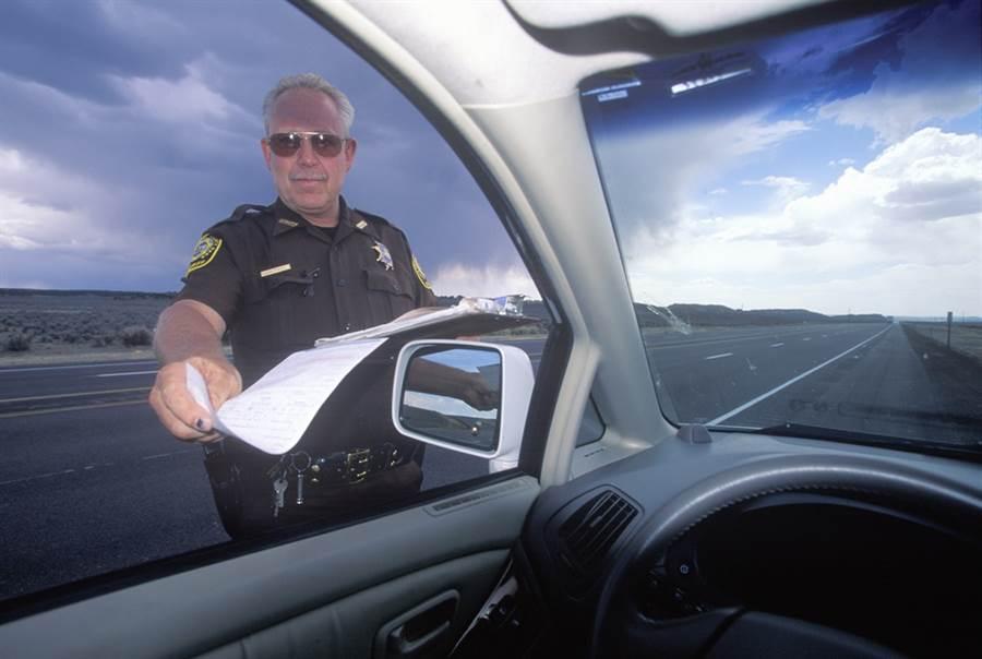 美國正值聖誕佳節,此時在加州瑪德拉郡如果遇到警察攔車,可不是要來準備開罰單,而是要送上一個內有百元美金的紅包,讓生活有困難的民眾可過個好年。(示意圖/達志影像)