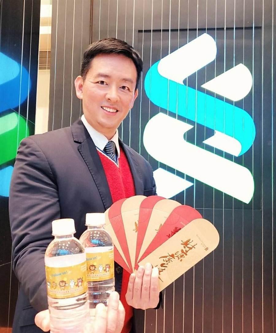 渣打銀行財富管理處負責人陳太齡表示,凡渣打銀行客戶蒞臨分行進行保單健檢或理財諮詢,即有機會獲得金鼠年限量版發財水。(渣打提供)