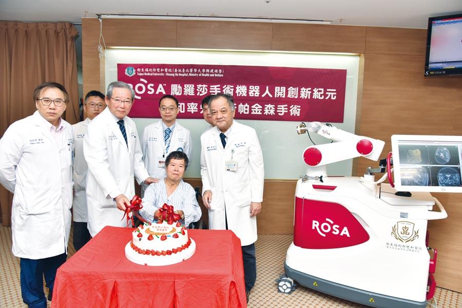 雙和神經內外科團隊和張先生合影。圖/雙和醫院提供