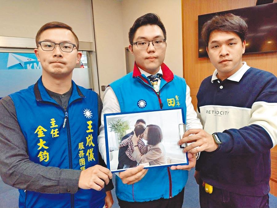 蔡哲琛(右起)、田方倫及金大鈞,質疑暗黑網軍操作,不讓蔡英文親小孩照片流傳。(黃福其攝)