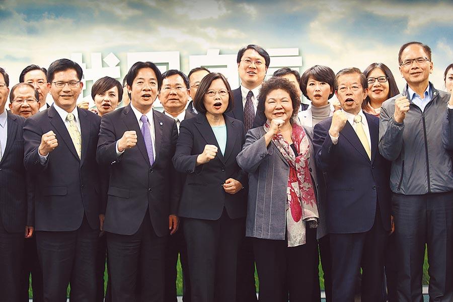 蔡英文總統(前排左三)遭質疑被民進黨內的派系架空。(本報資料照片)