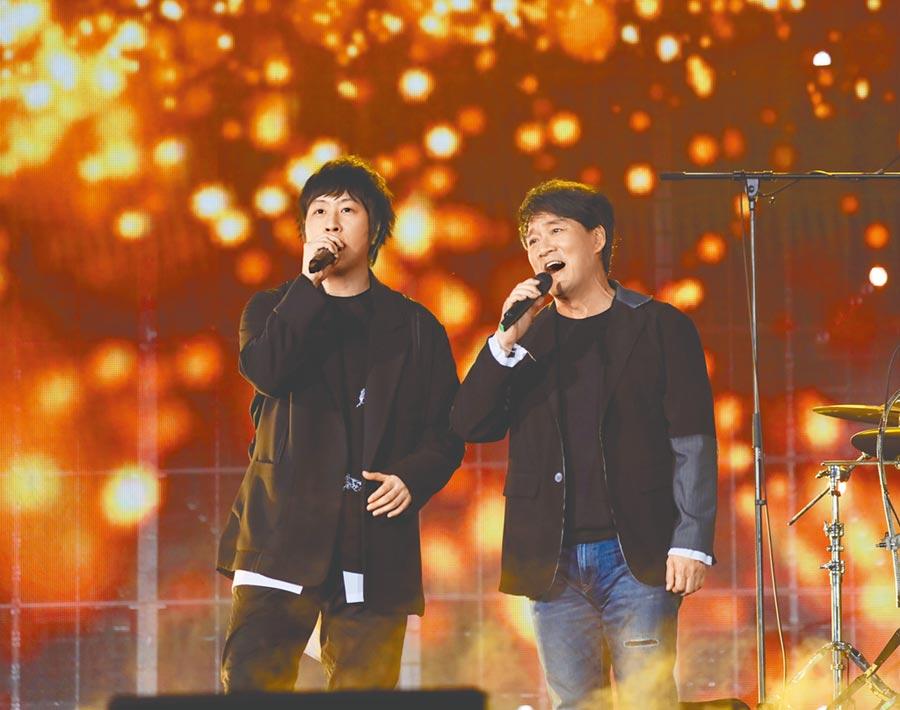 阿信(左)和周華健合唱多首經典歌曲。(相信音樂提供)