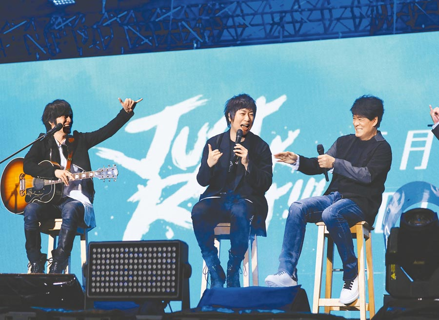 五月天昨邀請周華健(右)擔任演唱會嘉賓。(相信音樂提供)