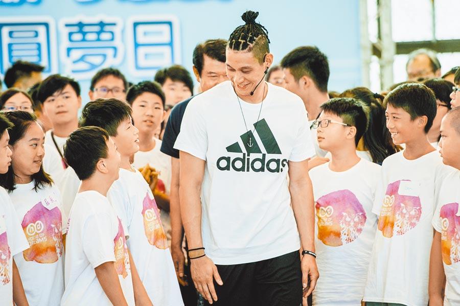林書豪(中)透過「三分心公益」活動關注弱勢兒童,圖為林書豪2017年出席華航公益活動。(本報系資料照片)