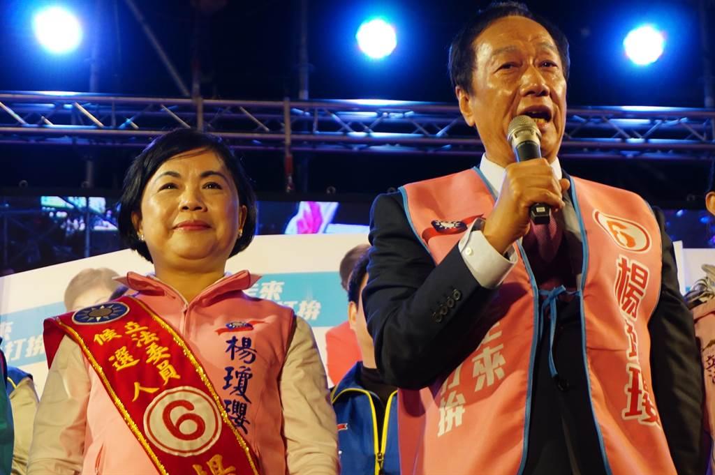鴻海創辦人郭台銘(右)號召郭粉選擇做事的人,籲讓楊瓊瓔(左)重返立院為民服務。(王文吉攝)