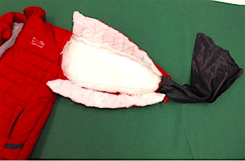日本成田機場海關查獲將液狀古柯鹼藏在綿夾克中試圖闖關的走私犯。(東京海關在官網上公布的照片)
