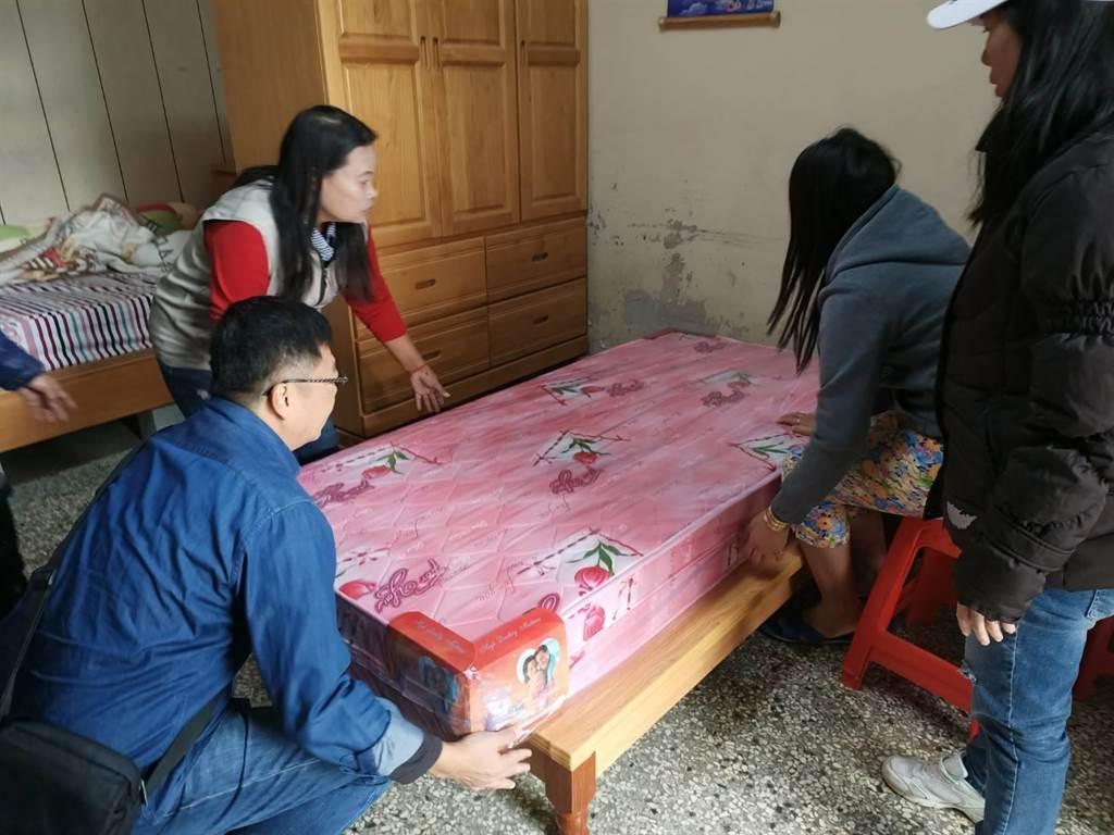 嘉義縣新住民當家協會理事長范氏太霞及姊妹們協助黎婦整理床鋪。(張毓翎攝)