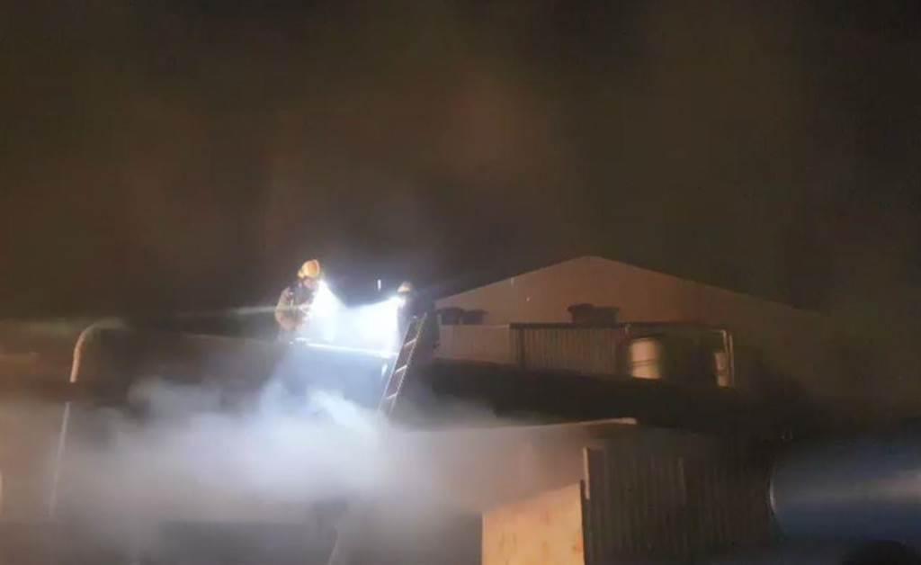 竹南工業區內,1家水漆調和工廠傳出火警,濃煙密布。(苗栗縣消防局提供/巫靜婷苗栗傳真)