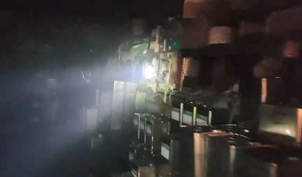水漆調和工廠內堆有大批漆桶。(苗栗縣消防局提供/巫靜婷苗栗傳真)