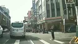行人優先?駕駛提醒行人靠邊站 挨嗆:你白癡阿!