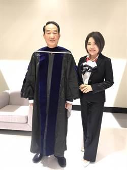總統政見發表會上演「變裝秀」 宋楚瑜穿畢業袍批蔡學位爭議