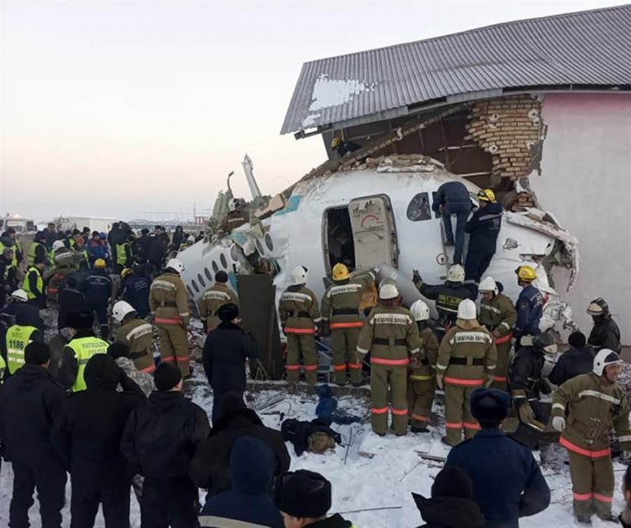 載有100人的哈薩克貝克航空(Bek Air)客機,傳出在阿拉木圖國際機場墜機,至少12死。(美聯社)