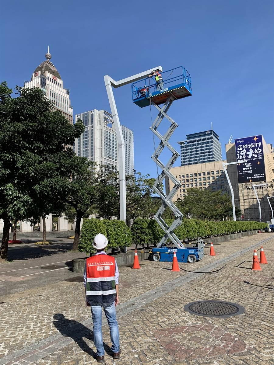 遠傳動員150人次的工程人員,提前完成市府前廣場、仁愛路四段路燈加裝4G基地台的工程。(遠傳提供/黃慧雯台北傳真)