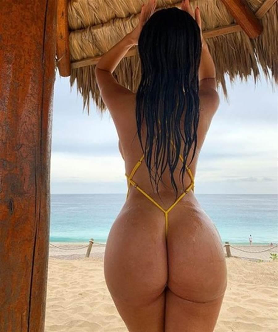女模穿「一條線比基尼」,渾圓翹臀一覽無遺。(圖/翻攝自IG@Janet Guzman)