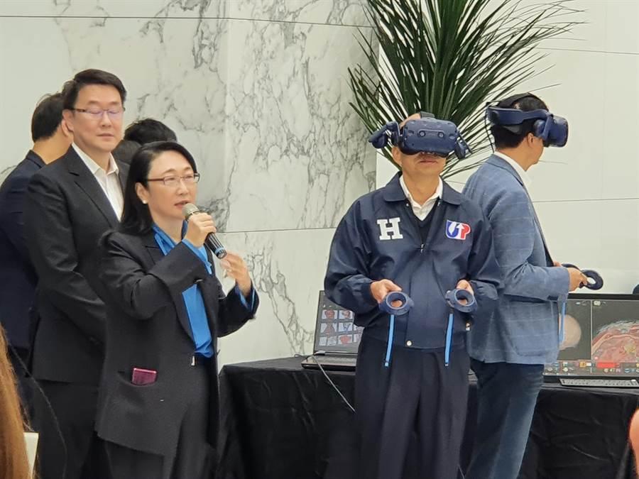國民黨總統候選人韓國瑜今(27日)偕同副總統候選人張善政赴HTC宏達電進行企業參訪。(葉書宏攝)