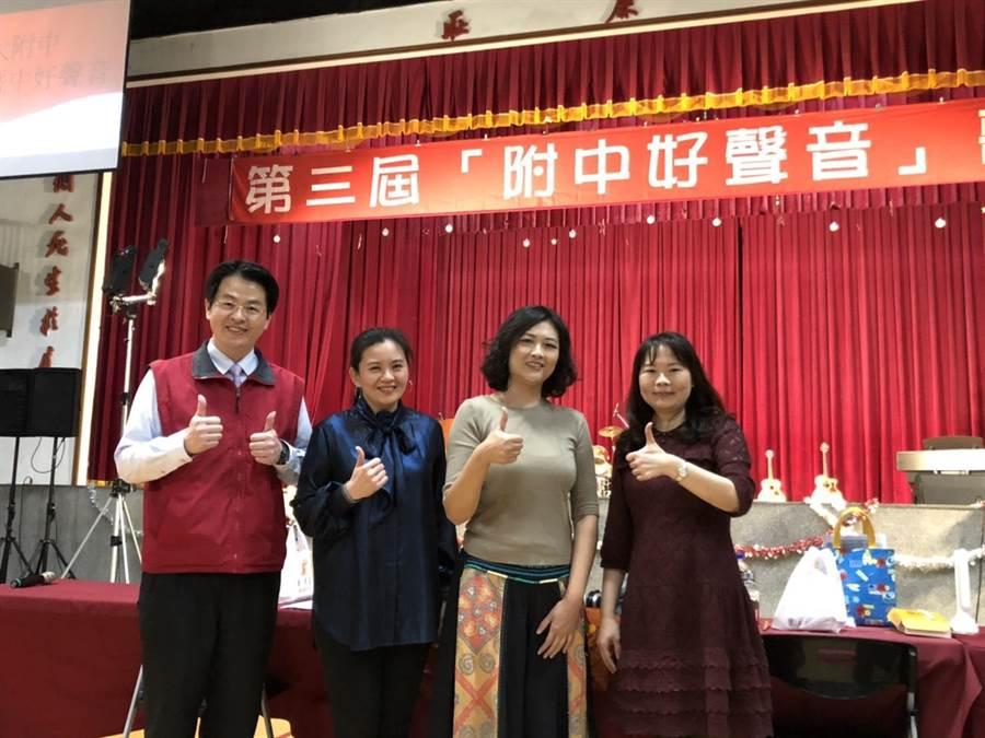 校長張正彥(左)感謝3位評審老師選出本屆的「附中好聲音」。(暨大附中提供/張晉銘南投傳真)