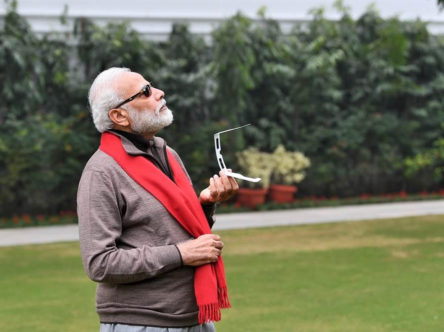 印度總理莫迪26日在推特貼文,發表自己追日蝕的照片和感想,這張照片意外成為印度網友惡搞(迷因)的目標。不過莫迪毫不為意,還歡迎大家好好玩。(摘自莫迪官方推特)