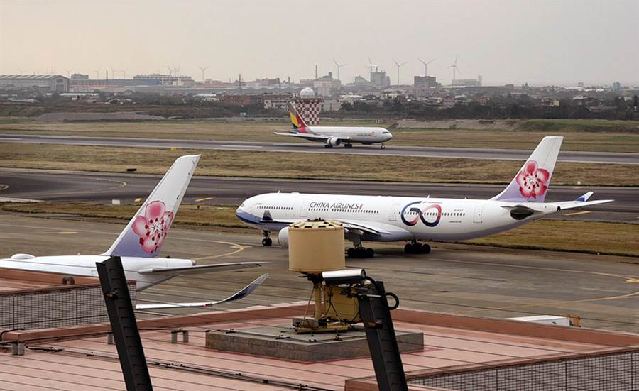 北側觀景台可觀賞班機在北跑道滑行起降。(機場公司提供)