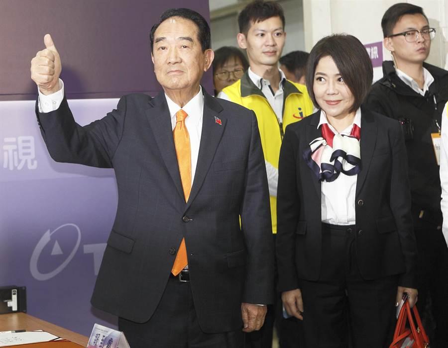 親民黨總統參選人宋楚瑜(左)27日到達第3場公辦政見發表會會場,向媒體比出1號手勢。(張鎧乙攝)