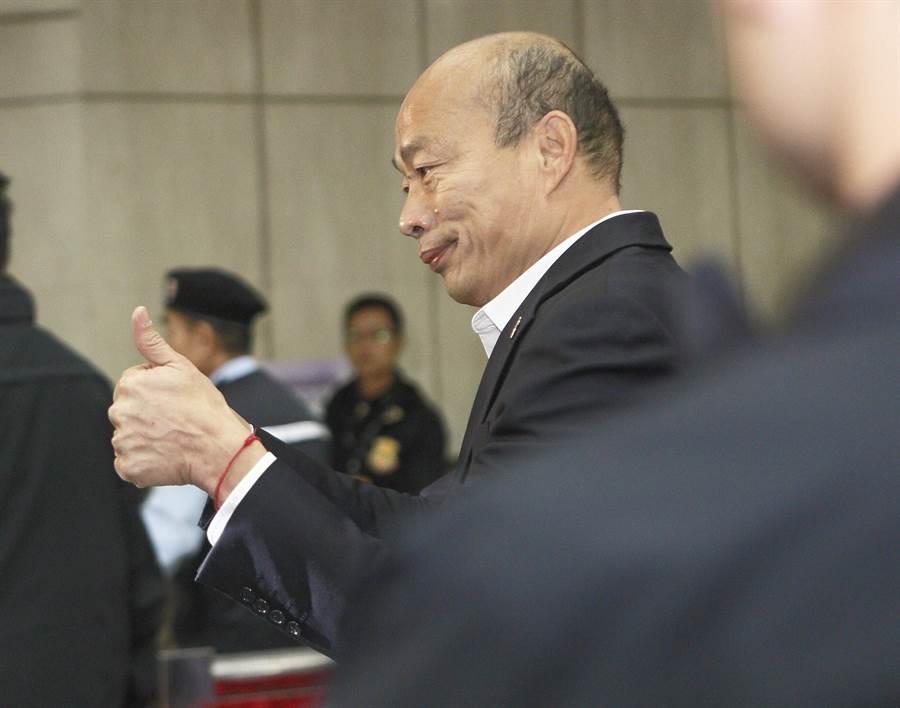 國民黨總統參選人韓國瑜(中)27日到達第3場公辦政見發表會會場,用雙手向媒體比出2號手勢。(張鎧乙攝)