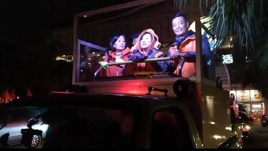 余湘在張碩文(右)、基隆親民黨議員陪同下,頂著寒風在基隆掃街催票。(許家寧攝)