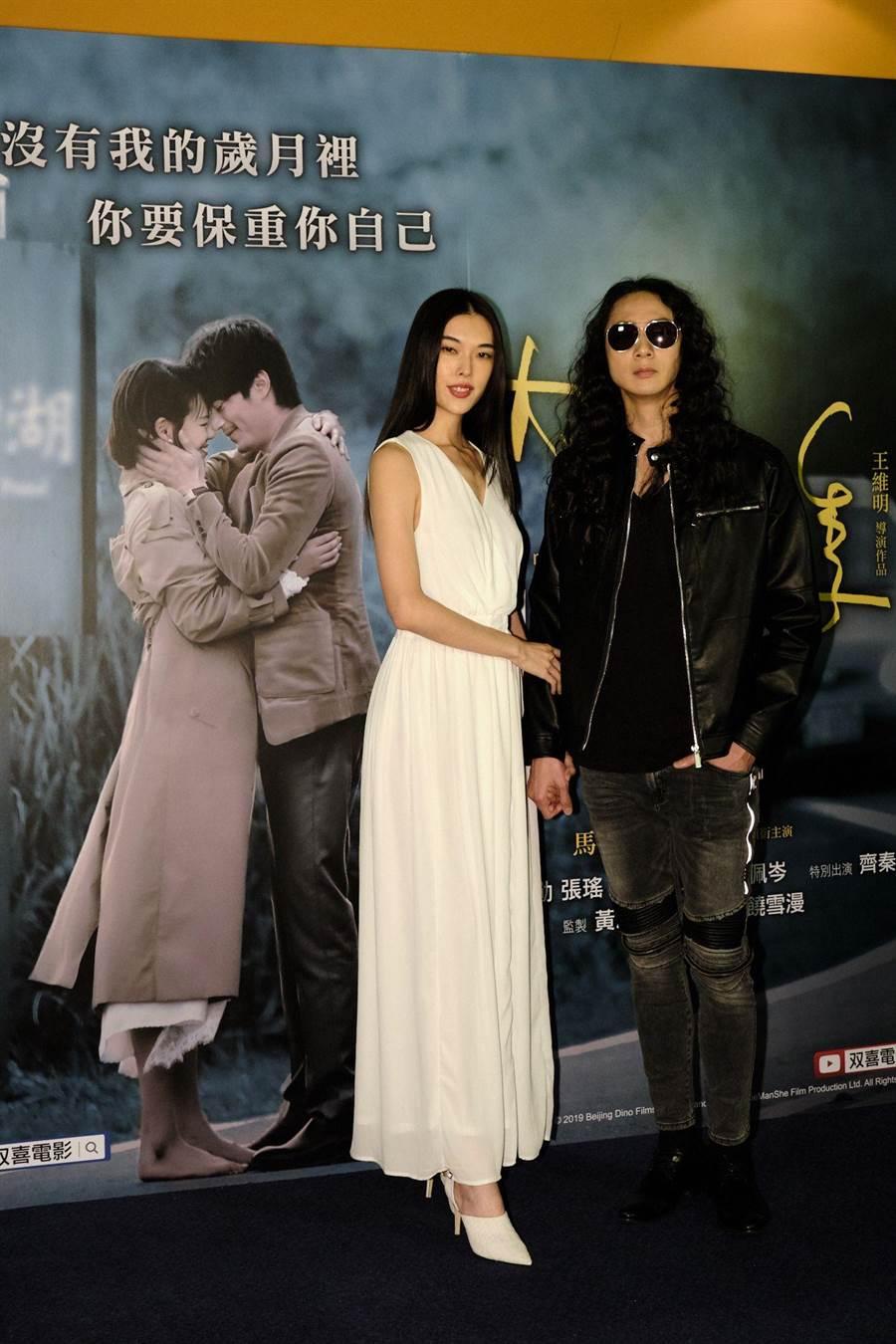 名模王思偉(左)素有「小王祖賢」之稱,與巧扮齊秦的師弟男生男模張佳翔一同亮相。(伊林娛樂提供)