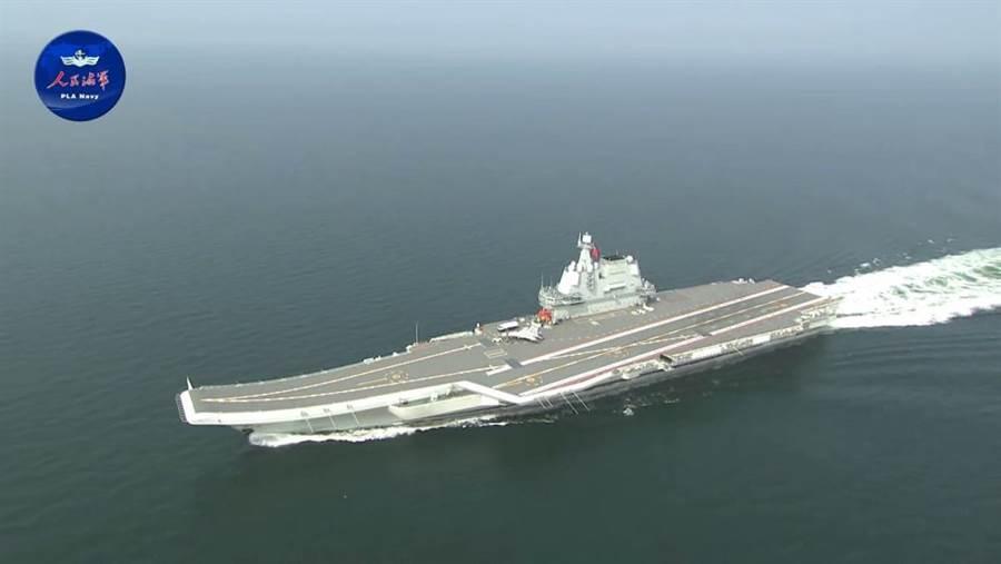 大陸航母山東艦昨天穿越台灣海峽,美國國務院呼籲北京勿脅迫台灣。(圖/環球網)
