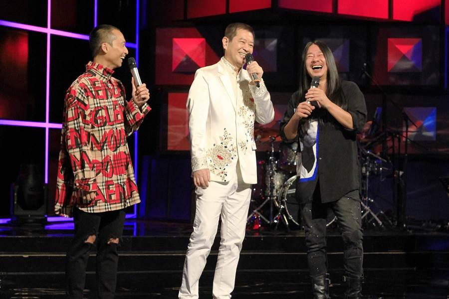 蔡小虎(中)分享秀場經歷,翔哥(右)感嘆自己生錯年代。(公視提供)