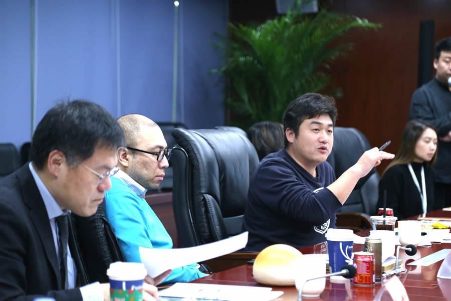 現場評委,針對作品激烈討論,各抒己見。