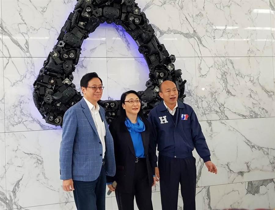 總統候選人韓國瑜偕同副總統候選人張善政27日前往宏達電新店總部參訪。(圖/翁毓嵐)