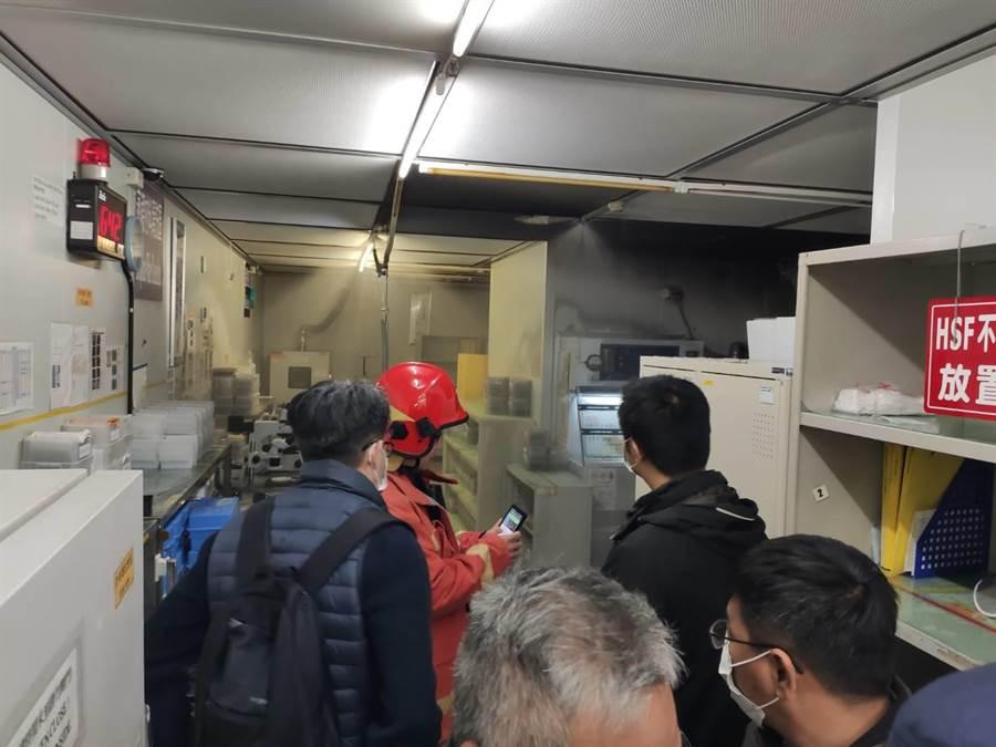 無塵室機台起火,所幸員工機警以滅火器迅速撲滅火勢。(翻攝照片/巫靜婷苗栗傳真)