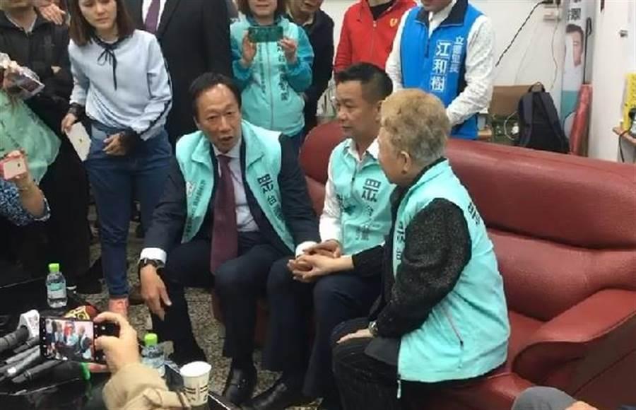鴻海集團創辦人郭台銘(前左)27日南下台中輔選,為台中市民眾黨第五選區立委候選人謝文卿(前中)加油打氣,台北市長柯文哲的媽媽(前右)現場力挺。(張妍溱攝)