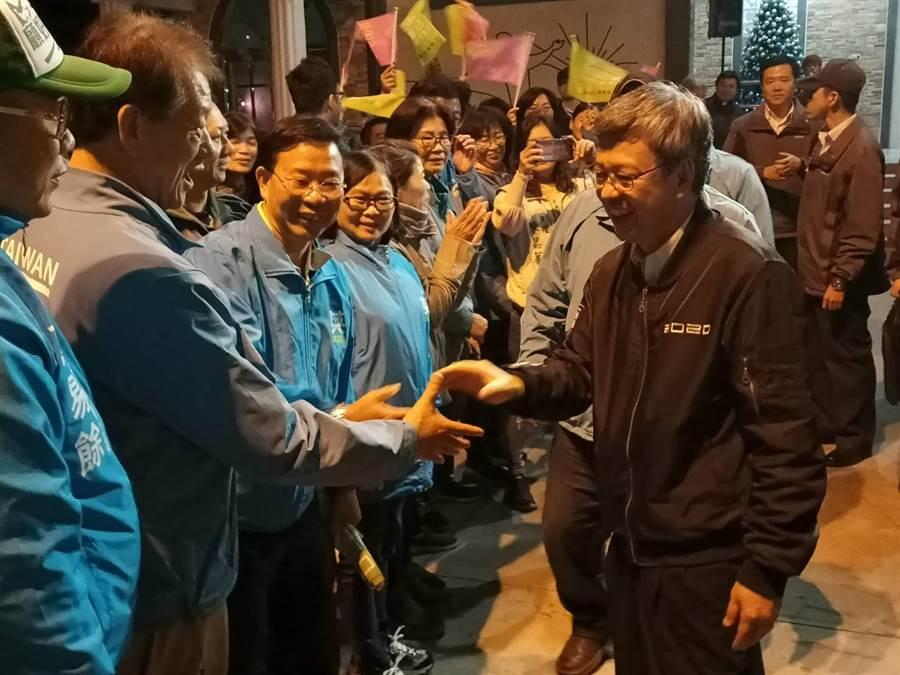 副總統陳建仁(右)與蔡易餘競選團隊握手、致意。(張毓翎攝)