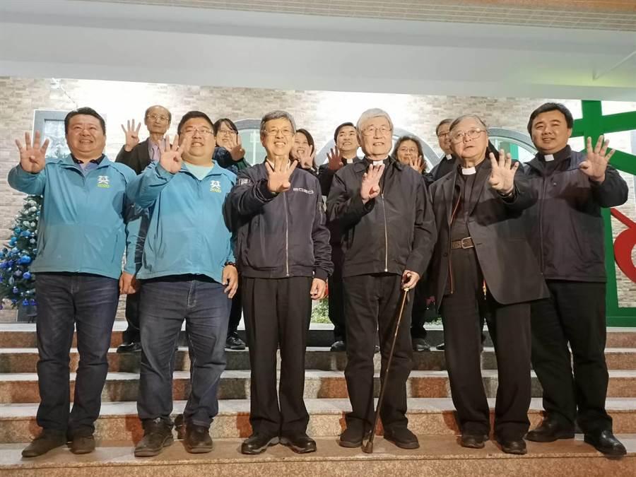 副總統陳建仁(前排左三)表示,蔡易餘是優秀的立委,因此他一定要來相挺。(張毓翎攝)