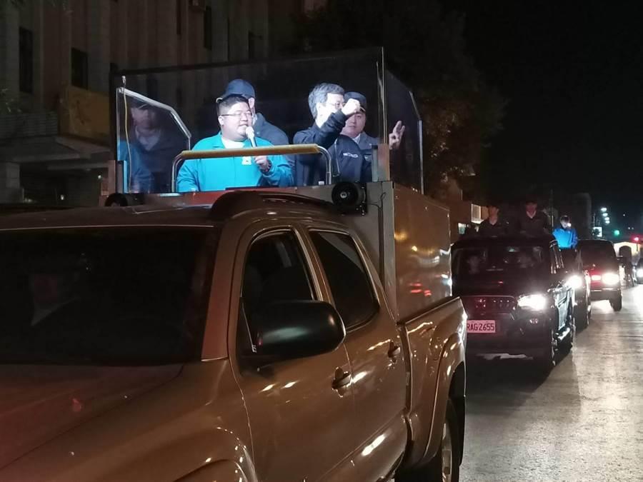 副總統陳建仁致詞完,隨即陪同蔡易餘在朴子市區進行車隊掃街。(張毓翎攝)
