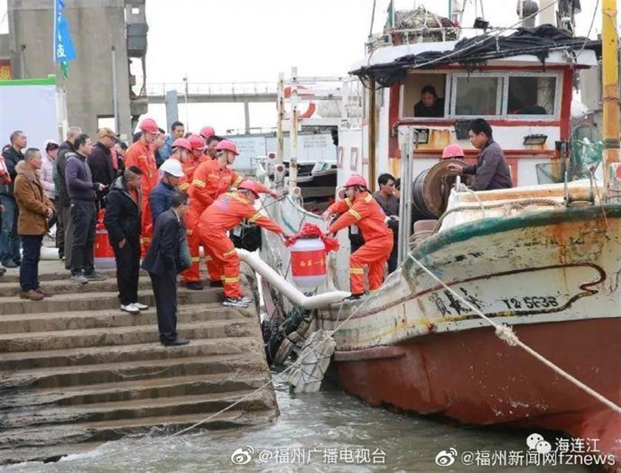 福建黃岐透過船運方式,提供馬祖民生用水,首批6艘船已駛抵馬祖。(取自新浪微博@福州廣播電視台)