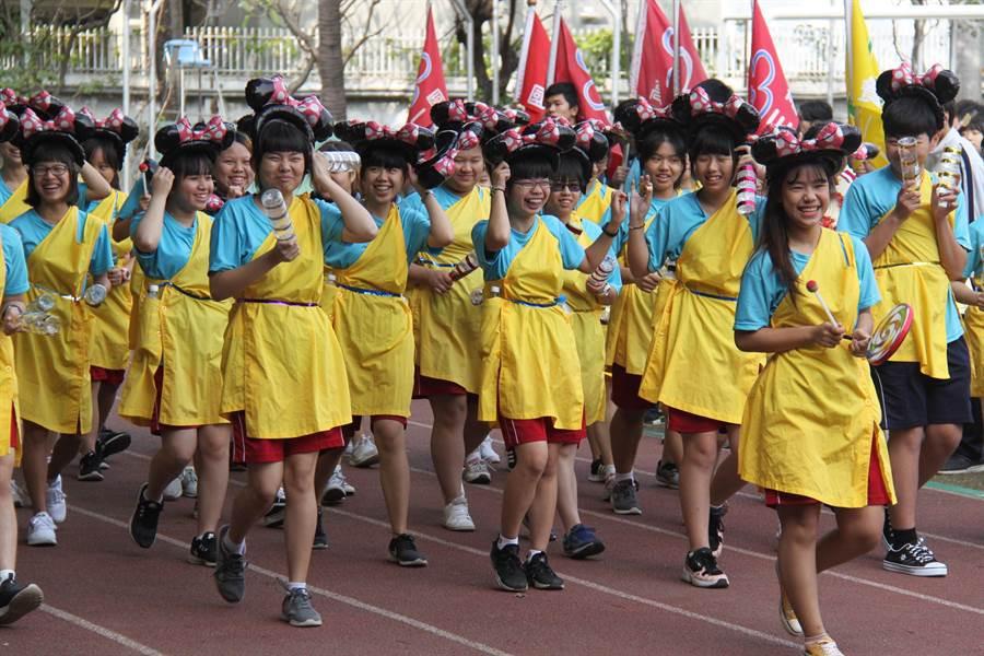 光華高中慶祝創校90周年用「創意環保展90」化裝秀,盼能喚醒大家以行動響應環保愛地球。(曹婷婷攝)