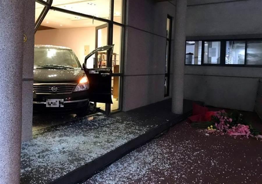 新北能仁家商一名女教師開車爆衝撞進圖書館。(中央社)