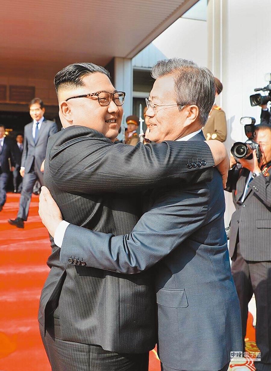 去年5月26日,南韓總統文在寅(右)在板門店和北韓最高領導人金正恩會晤。北韓媒體稱2019年的南北韓關係是令人失望和憤怒的一年。(新華社)