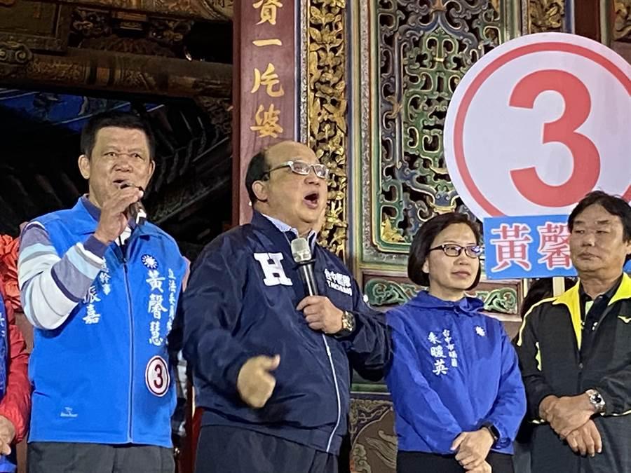 前台中市長胡志強(左二)27日晚上到南屯萬和宮為第四選區國民黨立委候選人黃馨慧站台,高喊選黃馨慧,讓好人出頭天。(盧金足攝)