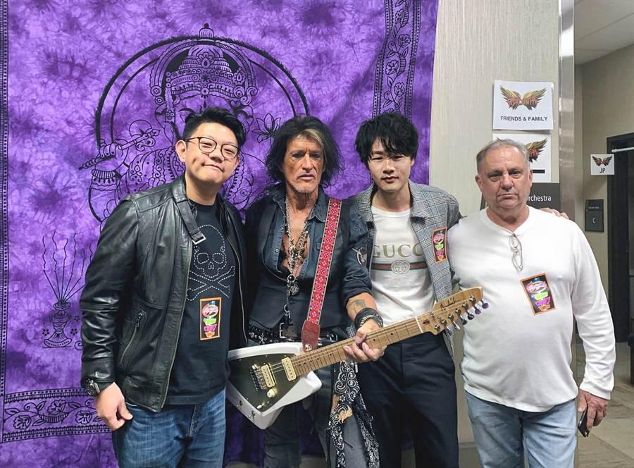 陳思翰(右二)與樂器品牌aNueNue主理人Johnson及美國製琴師於Aerosmith賭城演唱會後台與Joe Perry合影。(艾歐音樂提供)