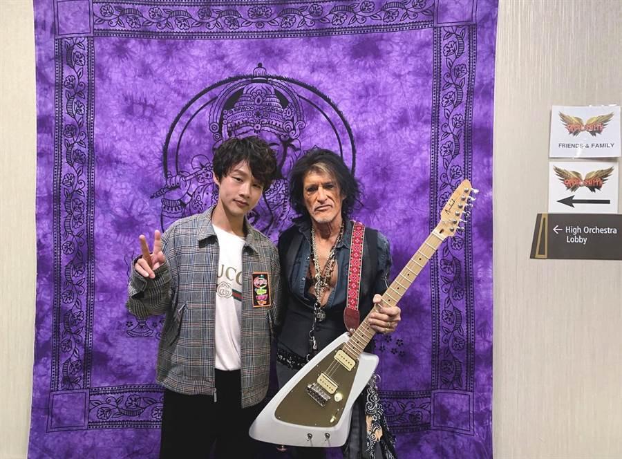 陳思翰與Aerosmith傳奇吉他手Joe Perrym於賭城演唱會後台相見歡。(艾歐音樂提供)