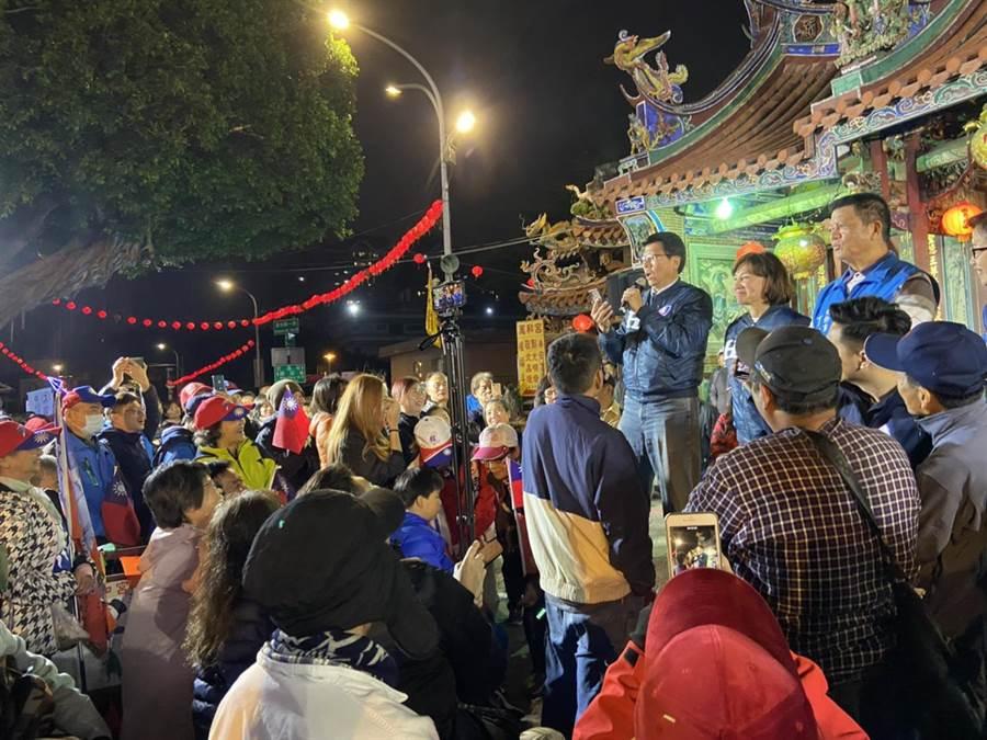 國民黨台南市黨部主委謝龍介27日晚上到台中市為第四選區國民黨立委候選人黃馨慧站台,不畏寒冷,人潮擠爆會場。(盧金足攝)