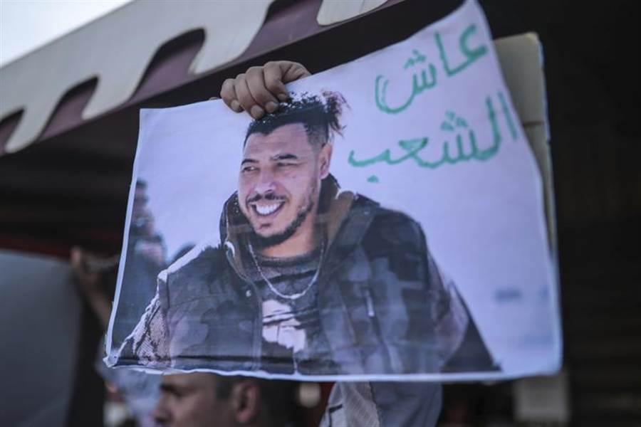 摩洛哥饒舌歌手葛納威,因辱警受審期間,人權團體發起營救行動,但葛納威上月仍被判1年徒刑。摩國法院26日宣判,判處拍片侮辱國王的網紅賽卡奇4年徒刑。(美聯社)