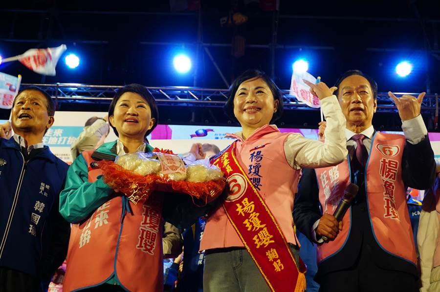 台中市長盧秀燕(左二)致贈包子、粽子,預祝(右二)楊瓊瓔「包中」。(王文吉攝)