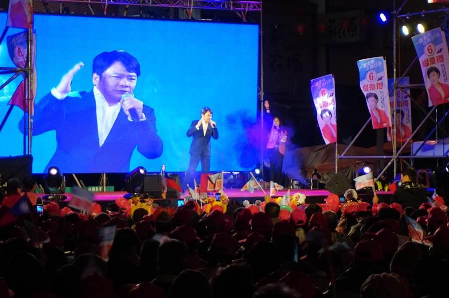 台語唱將袁小迪演唱代表作《重出江湖》,唱出楊瓊瓔「重返國會」心聲及勝選。(王文吉攝)