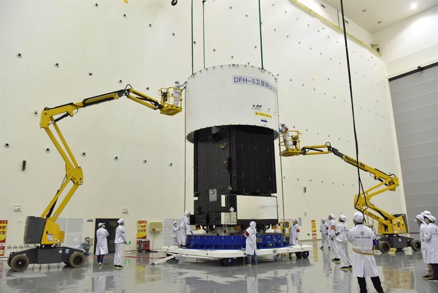 大陸在文昌航天發射場用長征5號火箭成功發射實踐20號衛星,衛星順利進入預定軌道。這是長征5號火箭的第3次發射,也是時隔兩年多後再次執行發射任務。圖為實踐20號衛星。(圖/中新社)